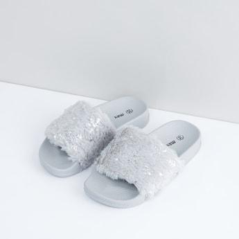حذاء خفيف بأحزمة بتفاصيل قطيفة وطبعات