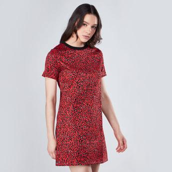 فستان متوسط الطول بياقة مستديرة وأكمام قصيرة وطبعات