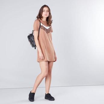 فستان واسع قصير بطبعات مع أكمام قصيرة وياقة مستديرة