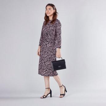 فستان متوسط الطول بأكمام طويلة وطبعات حيوانات وتفاصيل تويست