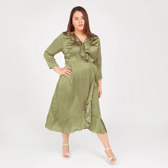 فستان متوسط الطول ملفوف بأكمام 3/4 وتفاصيل كشكش وطبعات منقطة