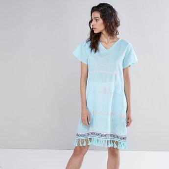 فستان شاطئ قفطان بياقة V وأربطة وشرّابات