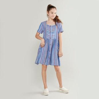 فستان مقلّم بأكمام قصيرة وتفاصيل جيوب