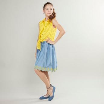 فستان دينم بارز الملمس دون أكمام بتفاصيل عقدة