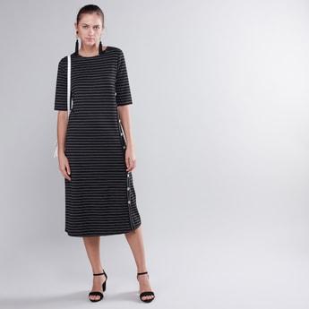 فستان ميدي مخطّط بياقة مستديرة وأكمام بطول المرفق