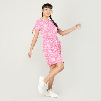 فستان بياقة مستديرة وأكمام قصيرة وطبعات