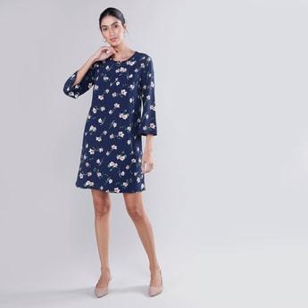 فستان واسع متوسط الطول بأكمام 3/4 وطبعات أزهار