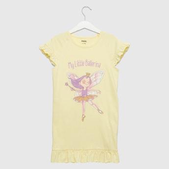 قميص نوم بياقة مستديرة وأكمام كاب وتفاصيل كشكشة