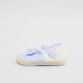 حذاء طويل مخطط وتفاصيل مزخرفة بفيونكة