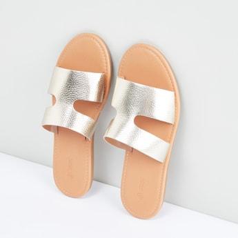 حذاء خفيف ميتاليك بأحزمة بتفاصيل مفرّغة