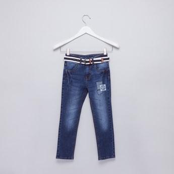بنطال جينز طويل بتزيينات مع حزام مقلّم