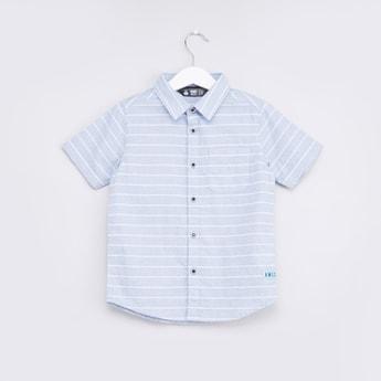 قميص مخطّط بأكمام قصيرة و تفاصيل جيب صدر