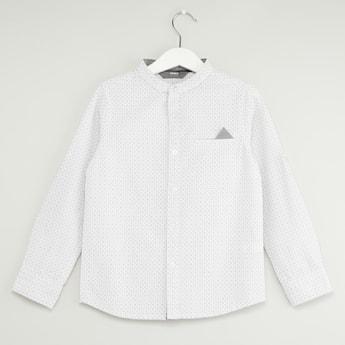 قميص بطبعات وزر سفلي وياقة ماندارين وأكمام طويلة
