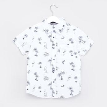 قميص بياقة عاديّة وأكمام قصيرة وطبعات