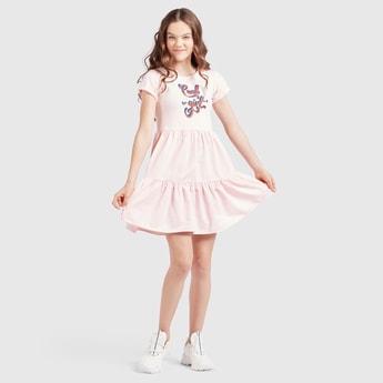 فستان متعدد الطبقات بياقة مستديرة وأكمام كاب بطبعات