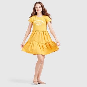 فستان متعدد الطبقات بطبعات وياقة مستديرة وأكمام كاب