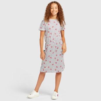 فستان بطول الركبة بياقة مستديرة و أكمام قصيرة وطبعات