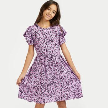 فستان قصير بأكمام كاب وأربطة وطبعات حيوانات