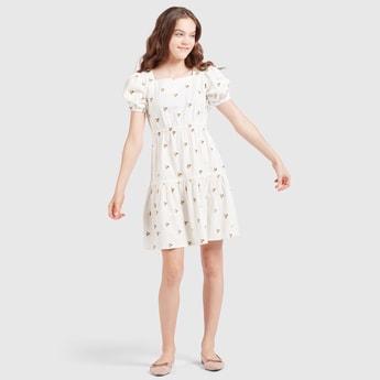 فستان مطرّز بياقة مربعة وأكمام منفوشة