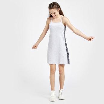 فستان واسع بحمالات وتفاصيل شريط وطبعات
