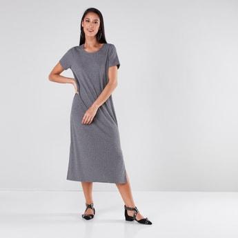 فستان مضلّع متوسط الطول بياقة مستديرة وأكمام قصيرة