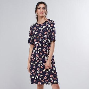 فستان إيه لاين متوسط الطول بياقة مستديرة وأكمام قصيرة وطبعات زهرية