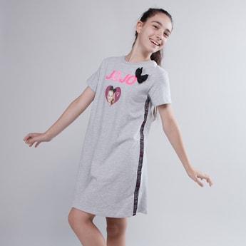 فستان بأكمام قصيرة وفيونكة مزخرفة وطبعات