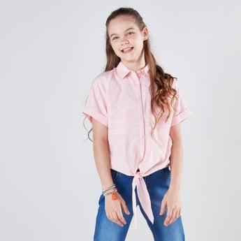 قميص بأكمام قصيرة وعقدة