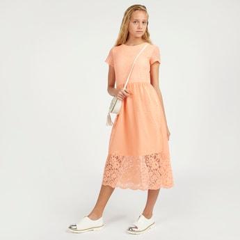 فستان متوسط الطول بارز الملمس بأكمام قصيرة