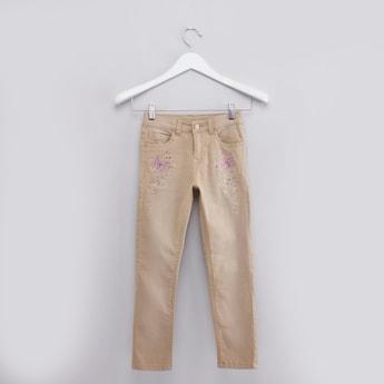 بنطال جينز بجيوب وتفاصيل مرصّعة