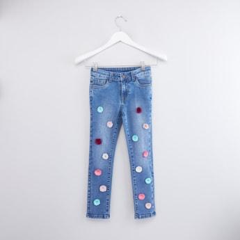 بنطال جينز طويل بتفاصيل زخارف بوم بوم