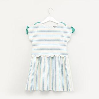فستان مخطّط 2-في-2 بياقة مستديرة وأكمام كاب