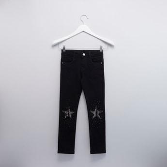 بنطلون جينز بطبعات وتفاصيل جيوب وحلقات حزام