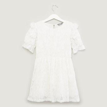 فستان بأكمام قصيرة وياقة مستديرة بتفاصيل دانتيل