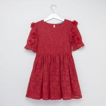 فستان مطرز بياقة مستديرة وتفاصيل زهرية