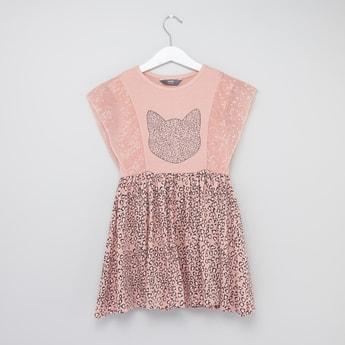 فستان بأكمام كاب وتفاصيل ترتر رطبعات