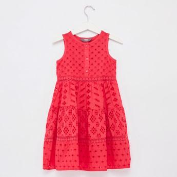 فستان طويل دون أكمام متعدّد الطبقات وبتفاصيل شيفلي