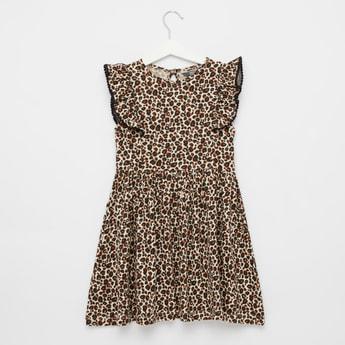 فستان بياقة مستديرة وأكمام كاب وطبعات حيوانات
