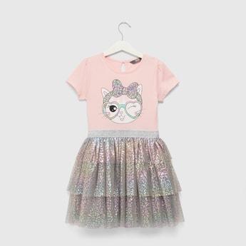 فستان بأكمام كاب وتفاصيل شبكية وطبعات قطة