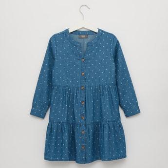 فستان متعدد الطبقات بأكمام طويلة وأزرار وطبعات مرقطة