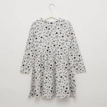 فستان بياقة ضيّقة عالية وأكمام طويلة وطبعات تزينه بالكامل