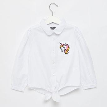 قميص بطبعات علامة يونيكورن مميّزة وياقة واسعة وأكمام طويلة
