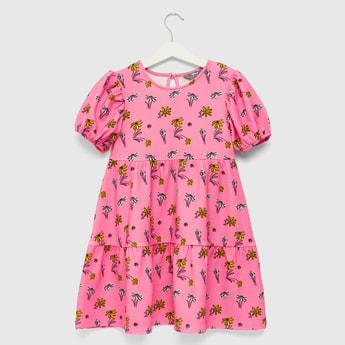 فستان متعدد الطبقات بياقة مستديرة وأكمام قصيرة  وطبعات أزهار