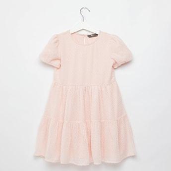 فستان متعدد الطبقات بارز الملمس بياقة مستديرة وأكمام باف لوركس دوبي