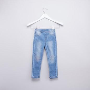 بنطلون جينز بخصر مطاطي وتفاصيل جيب وتطريز