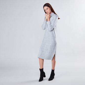 فستان واسع متوسط الطول وبارز الملمس بياقة عالية وأكمام طويلة