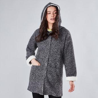 معطف بارزة الملمس بأكمام طويلة وقبعة