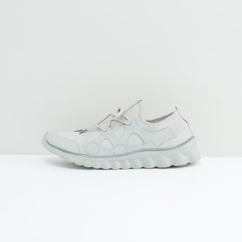 حذاء رياضي سادة بتفاصيل مفرّغة ورباط