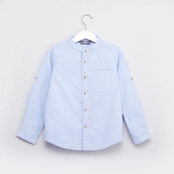 قميص بارز الملمس بياقة ماندارين وأكمام مثنية لأعلى