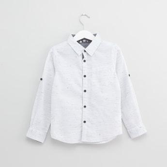 قميص بأكمام طويلة وياقة عادية وطبعات مع علامة تبويب